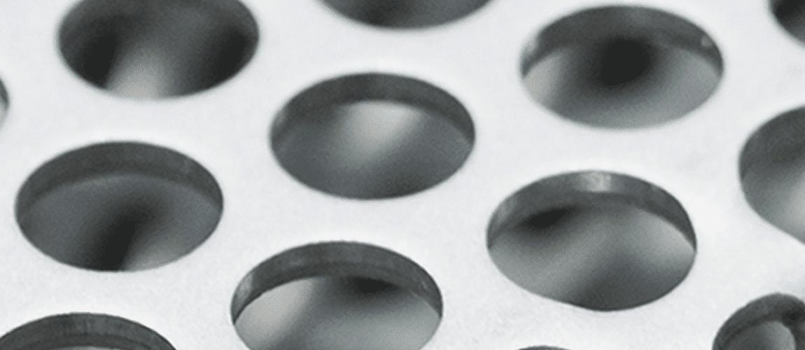 Plaque de métal usinée