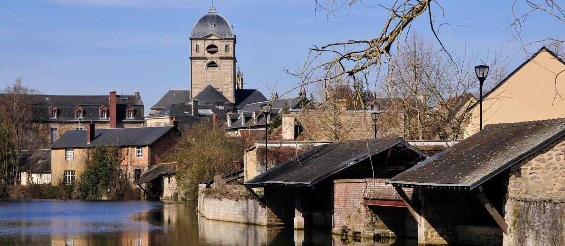 Rivière la Sarthe et l'église Notre Dame d'Alençon