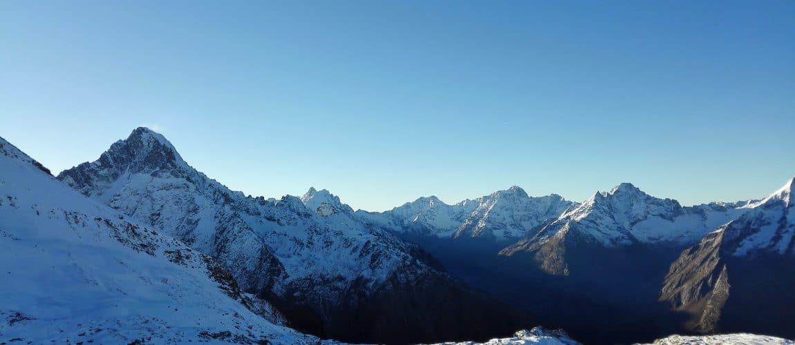 Sommets de montagnes enneigés