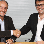 Sébastien Jaulerry, directeur général des systèmes d'interconnexion électriques Europe et Asie de Safran Electrical & Power sert la main de Jean-François Morizur, Président de Cailabs